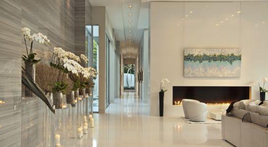 cheminée et couloir - Sarbonne par McClean Design - Los Angeles, Usa