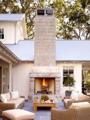 cheminée extérieure - Transitional Farmhouse Design par Total Design - Calistoga, Californie, Usa