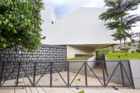 portail entrée - Breathing House par Atelier Riri - Kota Tangerang Selatan, Indonésie