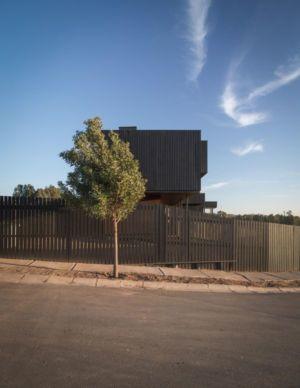 clôture bois côté rue - GB-House par EMA Arquitectos - Concón, Chili