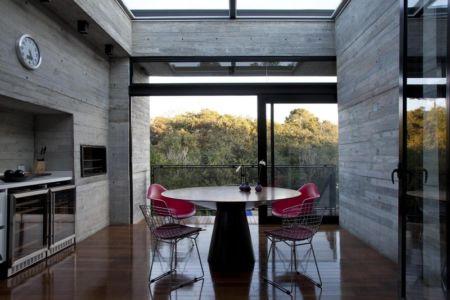 coin repas cuisine - LM Residence par Marcos Bertoldi Arquitetos - Campo Comprido, Brésil