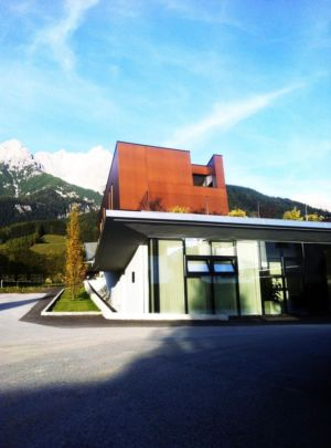 contreplongée sur les montagnes - Muk par mahore architects - Saalfelden, Autriche