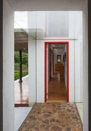 couloir - Dom-Vicoso-House par Brasil Arquitetura - Dom Viçoso, Bresil