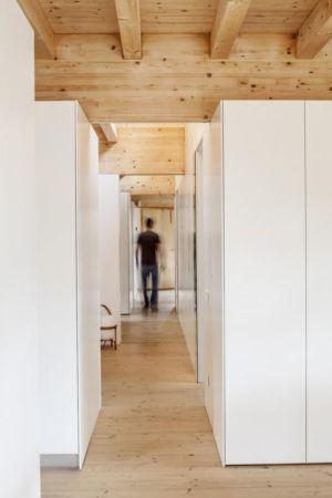 couloir - House LLP par Alventosa Morell Arquitectes - Collserola, Espagne