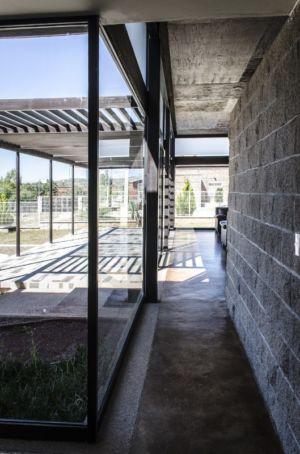 couloir - La Tomatina House par Plastik Arquitectos - Aguascalientes, Mexique