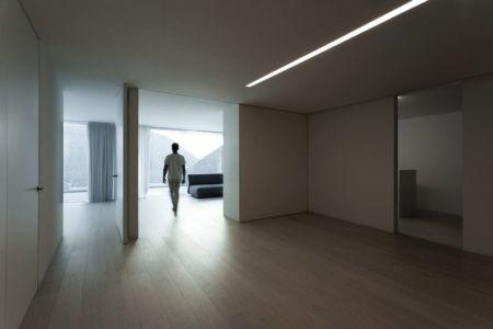 couloir étage - Casa Balint par Fran Silvestre Arquitectos - Valence, Espagne