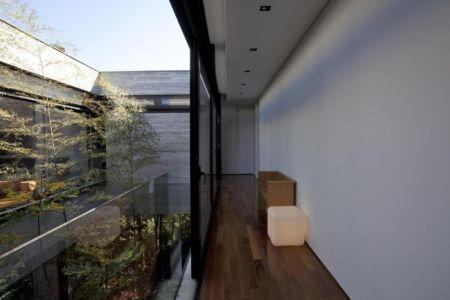 couloir étage - LM Residence par Marcos Bertoldi Arquitetos - Campo Comprido, Brésil