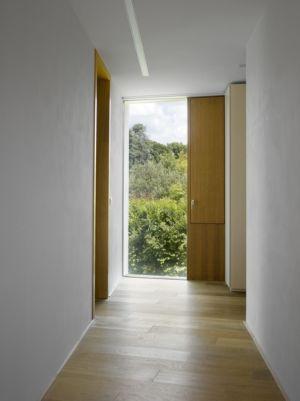 couloir étage - maison contemporaine par  Jarousek Rochová Architekti - Republique Tchèque - photo Filip Slapal