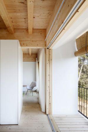couloir accès balcon - House LLP par Alventosa Morell Arquitectes - Collserola, Espagne