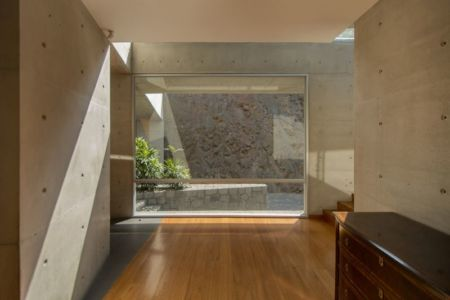 couloir accès escalier - House-Hillside par Benavides & Watmough arquitectos - Santiago, Pérou