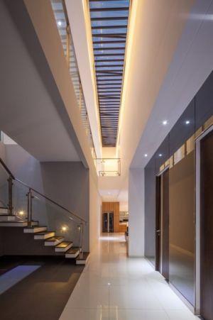 couloir & accès escalier illuminée  - d-s-house par DP+HS architects - jakarta, Indonesie
