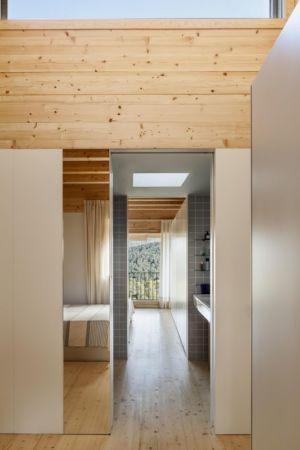 couloir accès salle de bains - House LLP par Alventosa Morell Arquitectes - Collserola, Espagne