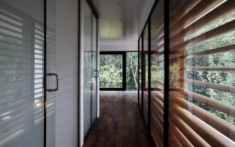 couloir accès salle de bains - LM Residence par Marcos Bertoldi Arquitetos - Campo Comprido, Brésil