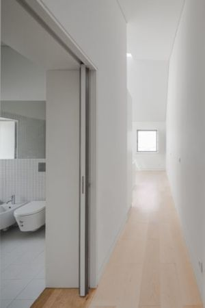 couloir accès salle de bains - Single-Family-House par Humberto Conde - Lisbonne, Portugal