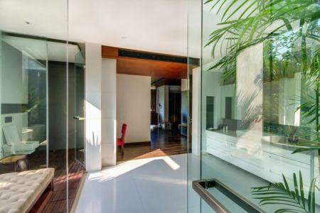 couloir accès salle de bains - home-pool par DADA-&-Partners - New Delhi, Inde