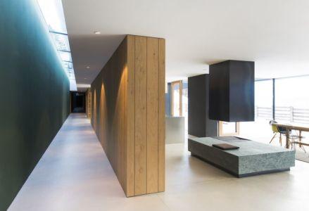 couloir accès salle séjour - Structure-Slope par Bergmeister Wolf Architekten - Bozen, Italie