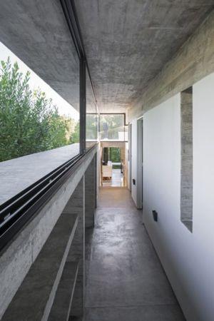 couloir acces salon - Wein House par Besonias Almeida Arquitectos - Pinamar, Argentine