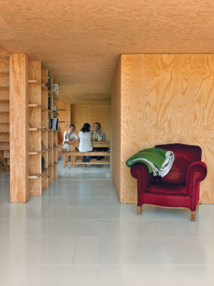 couloir bibliothèque - Barache residence par Jean-Baptiste Barache - Auviliers, France