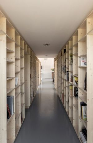 couloir bibliothèque - Maison Simon par Bonnefous architectes - Vezet (70), France