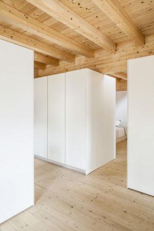 couloir bois - House LLP par Alventosa Morell Arquitectes - Collserola, Espagne