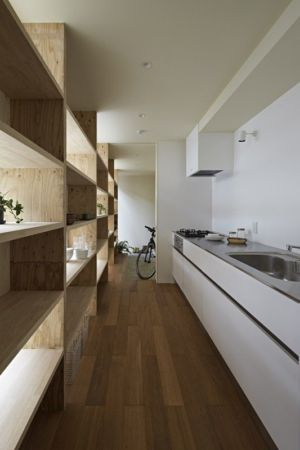 couloir & cuisine - checkered-house par Takeshi Shikauchi - Tokyo, Japon