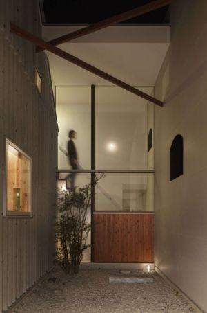 couloir de séparation - maison bois contemporaine par Masahiro Miyake - Tokushima, Japon