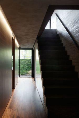 couloir entrée & escalier accès étage - maison-urbaine par Artechnic - Japon