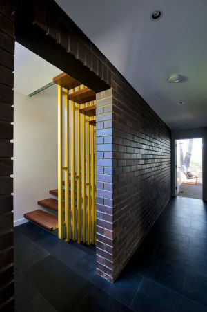 couloir entrée et escalier - Mayfair Street House par Klopper & Davis Architects - Perth, Australie