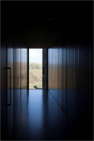 couloir entrée secondaire - Modern farmhouse par Pattersons - Muriwai, Nouvelle-Zélande