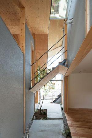couloir & escalier accès niveau supérieur - Eaves-House par Y Plus M Design - Kyoto, Japon