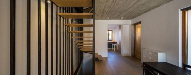 couloir & escalier bois accès étage - LAMA-House par LAMA Arhitectura - Bucarest, Roumanie