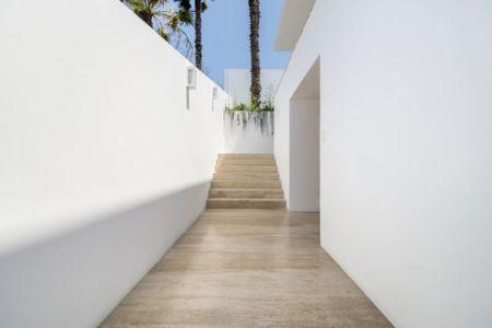 couloir & escalier - villa contemporaine par Adrián Noboa Arquitecto, Malecon Las Colinas, Pérou
