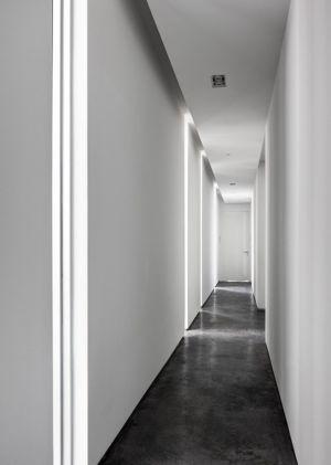 couloir et béton ciré - Peribere Residence par Max Strang Architecture - Biscayne Bay, Usa