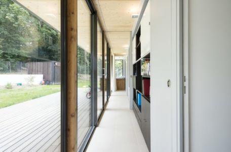 couloir et bibliothèque - War house par A+B architectes - Montmorency, France