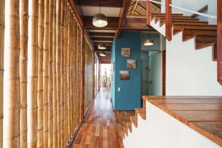 couloir et brise-soleil en bambou - House in Playa del Carmen par YUPANA Arquitectos - Chincha Alta, Pérou
