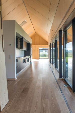 couloir et cuisine - La Casa de Libre Mantenimiento par Arkitema Architects  - Danemark
