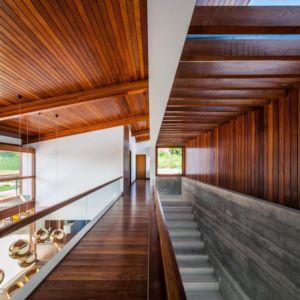 couloir et escalier étage - Ft house par Reinach Mendon Arquitetos - Bragança Paulista, Brésil