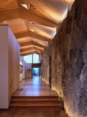 couloir et mur en pierre - Wildcat Ridge residence par Voorsanger Architects - Aspen, Usa