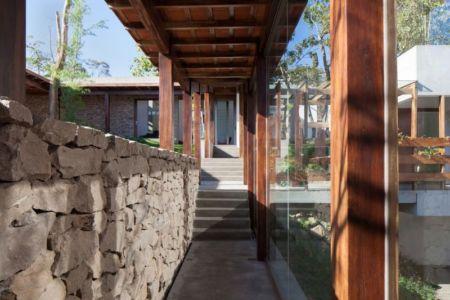 couloir extérieur - Garden-House par Cincopatasalgato - El Salvador