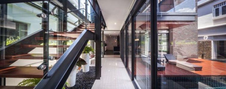 couloir & grandes baies vitrées - Bridge-House par Junsekino Architects And Design - Bangkok, Thaïlande
