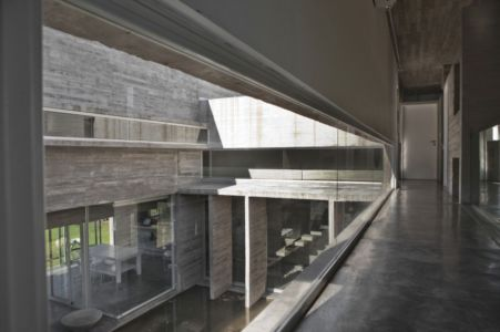 couloir intérieur - Torcuato House par BAK arquitectos - Buenos Aires Province, Argentine