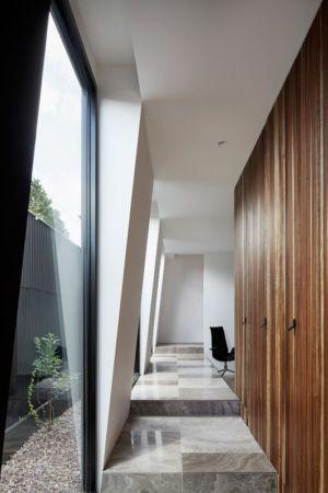 couloir intermédiaire - Rénovation contemporaine par Coy Yiontis Architects - Balaclava, Australie