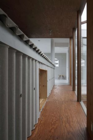 couloir - maison bois contemporaine par Masahiro Miyake - Tokushima, Japon