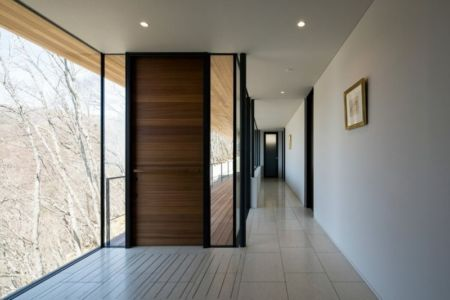 couloir - maison bois contemporaine par kidosaki-architects - Yutsugatake, Japon