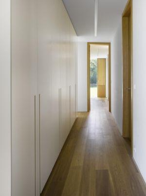 couloir - maison contemporaine par  Jarousek Rochová Architekti - Republique Tchèque - photo Filip Slapal