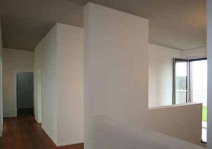 couloir - semi-ipogea-house par Dario Scanavacca - Marostica, Italie