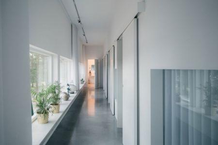 couloir transversal - maison bois contemporaine par Gabriel Minguez - Ingarö, Suède