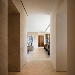 couloir vers pièce de vie - Vivienda en Son Vida par Negre Studio & Rambla 9 Arquitectura - Palma de Majorque, Espagne