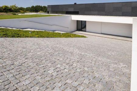 cour couverte de pavés - Nemo-house par Mobius Architects - lac Mazurie, Pologne