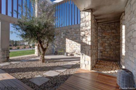 cour gravier intérieur - Stone House par Whitebox Architects - Athènes, Grèce